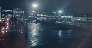从飞机窗口的看法在有飞机和终端的机场 影视素材