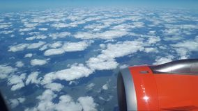 从飞机窗口的美丽的景色到蓝天和白色云彩,白色云彩在地面上漂浮 影视素材