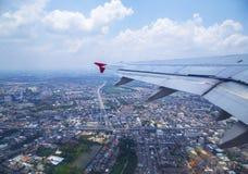 从飞机窗口的鸟瞰图与天空覆盖 免版税库存图片