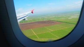 从飞机窗口的鸟瞰图在绿色农业领域和天空蔚蓝 股票视频
