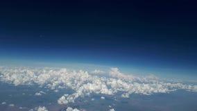从飞机窗口的Vew到蓝天和白色云彩在一个晴天,许多白色云彩在地球上漂浮 股票录像