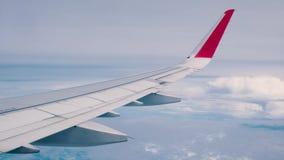 从飞机飞行的窗口的美好的云彩和天空蔚蓝视图 股票录像