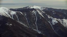 从飞行在西伯利亚的山的直升机的鸟瞰图 影视素材