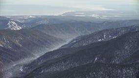 从飞行在西伯利亚的山的直升机的鸟瞰图 股票录像