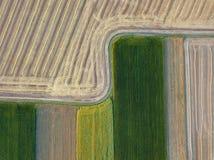 从飞行寄生虫的全景到农业领域,准备为播种播种 顶视图 免版税库存图片
