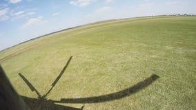从飞行直升机的鸟瞰图 离开 里面照相机 股票视频