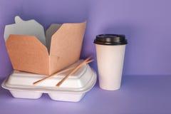 从餐馆和咖啡馆的食物送货服务 外卖食品容器 库存照片