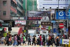 从香港的拥挤的街场面 免版税图库摄影