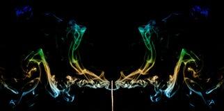 从香火棍子出来的色的烟 抽象派烟 库存照片