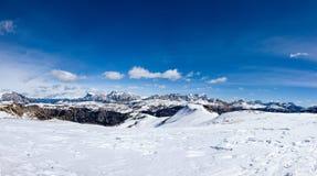 从马尔莫拉达山看见的科蒂纳丹佩佐山在一美好的好日子,白云岩,意大利 免版税图库摄影