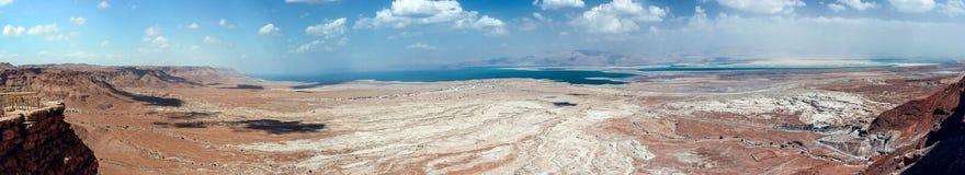 从马萨达堡垒的墙壁的全景向Judean沙漠和死海在以色列 免版税图库摄影