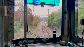 从驾驶员舱的火车POV在富士高地日本 股票视频