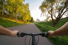 从骑自行车的人眼睛的看法 库存照片