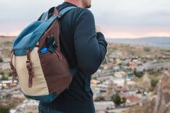 从高度的一个游人看在山镇的日落 旅游业的概念,远足 底板 图库摄影