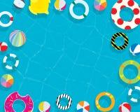 从高看法上的可膨胀的圆环和床垫夏天游泳池假日假期背景 免版税库存图片