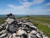 从高Willhays石标的看法有在蓝天, Dartmoor的白色云彩的 免版税库存照片