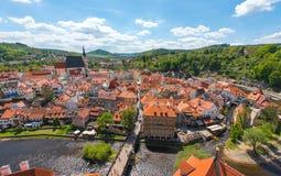 从鸟瞰图的捷克克鲁姆洛夫市与完善晴朗的河 库存图片