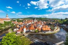 从鸟瞰图的捷克克鲁姆洛夫市与完善晴朗的河 免版税库存图片