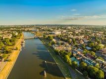 从鸟` s眼睛视图的克拉科夫 与河维斯瓦河的城市风景 维斯瓦河的两家银行在克拉科夫 库存图片