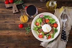 从鸡肝、萝卜、被偷猎的黄瓜、蕃茄和鸡蛋的温暖的沙拉 免版税库存照片