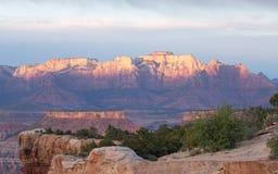 从鹅莓Mesa看见的锡安国家公园西部寺庙山看法在日落 库存图片