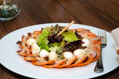 从鹌鹑蛋、肉、蕃茄和莴苣的开胃菜离开与敬酒的面包 库存图片