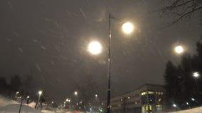 从黑暗的天空的降雪4k英尺长度有轻的被阐明的背景 股票视频