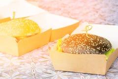 从黑面包的汉堡与芝麻籽和新鲜蔬菜和绿色 库存图片
