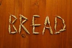 从黑麦钉在木桌上的发短信 免版税库存照片