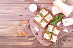 从黑麦面包、盐味的烟肉、萝卜和莳萝的三明治 库存图片