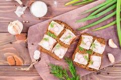 从黑麦面包、盐味的烟肉、萝卜和莳萝的三明治 免版税库存照片