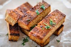 从黑麦面包的开胃敬酒的多士用在白色后面的莳萝 库存图片