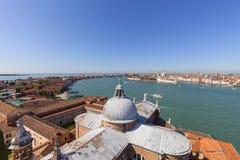 从16世纪本尼迪克特教团圣乔治Maggiore教会的塔的看法Giudecca运河的,威尼斯,意大利 库存图片