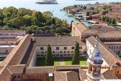 从16世纪本尼迪克特教团圣乔治Maggiore教会的钟楼的看法圣乔治修道院的,威尼斯,意大利 美国兵 免版税库存照片