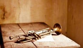 从20世纪30年代和一首老爵士乐歌曲的笔记的一个古老喇叭 图库摄影