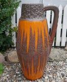从20世纪70年代的陶瓷地板花瓶 乡情 减速火箭 免版税图库摄影