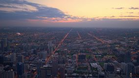 从-惊人的鸟瞰图上的芝加哥在晚上 股票录像