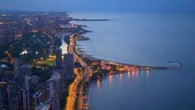 从-惊人的鸟瞰图上的芝加哥在晚上 影视素材