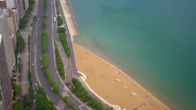从-惊人的鸟瞰图上的芝加哥海滩 股票录像