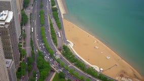 从-惊人的鸟瞰图上的芝加哥海滩 影视素材