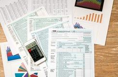 从2017联邦税务局上看法形成1040在木书桌上 免版税库存图片