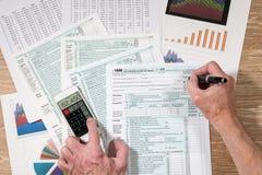 从2017联邦税务局上看法形成1040在木书桌上 免版税库存照片