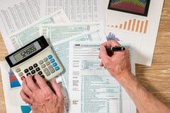从2017联邦税务局上看法形成1040在木书桌上 库存图片