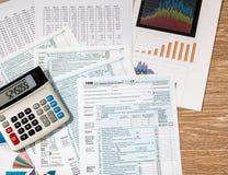 从2017联邦税务局上看法形成1040在木书桌上 免版税图库摄影