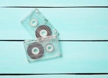 从80s的两台减速火箭的卡型盒式录音机在蓝色木背景 免版税图库摄影