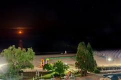 从Albena,夜间月亮的保加利亚的黑海岸 免版税库存图片