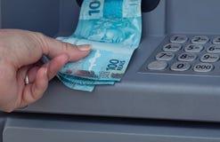从ATM撤出的巴西金钱 免版税库存图片