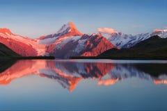 从Bachalp湖/Bachalpsee,瑞士的美好的平衡的全景 美丽如画的夏天日落在瑞士阿尔卑斯,格林德瓦 免版税库存图片