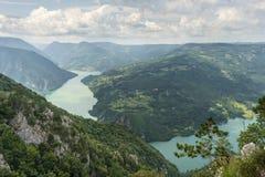 从Banjska斯特纳上的看法德里纳河河、山、水坝和borde的 免版税库存图片