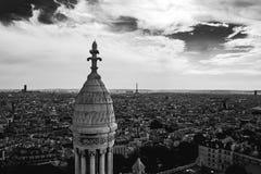 从Basilica de Sacre Coeur教会看见的巴黎 免版税图库摄影